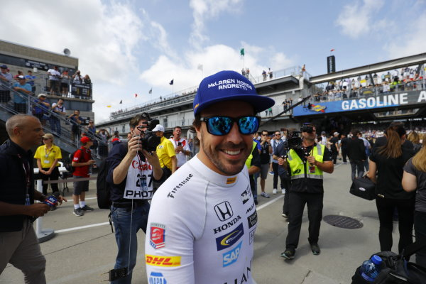 Verizon IndyCar Series Indianapolis 500 Race Indianapolis Motor Speedway, Indianapolis, IN USA Sunday 28 May 2017 Fernando Alonso, McLaren-Honda-Andretti Honda, greets the fans before the race. World Copyright: Steven Tee/LAT Images ref: Digital Image _R3I7569