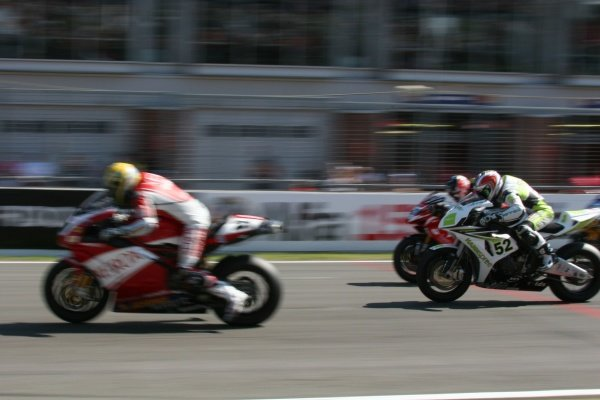 2007 World Superbike Championship. Brands Hatch, England. 3rd - 5th August 2007. James Toseland, Honda CBR 1000RR, chases after Troy Bayliss, Ducati 999F07, at the start of race two, action. World Copyright: Kevin Wood/LAT Photographic ref: Digital Image