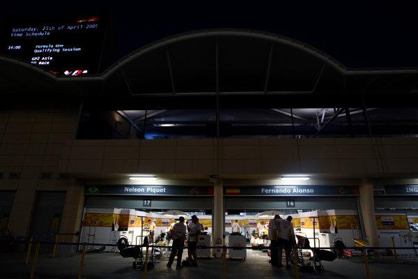Bahrain International Circuit, Sakhir, Bahrain24th April 2009The Renault garage at night. Atmosphere. Garages. World Copyright: Andrew Ferraro/LAT Photographicref: Digital Image _H0Y8715