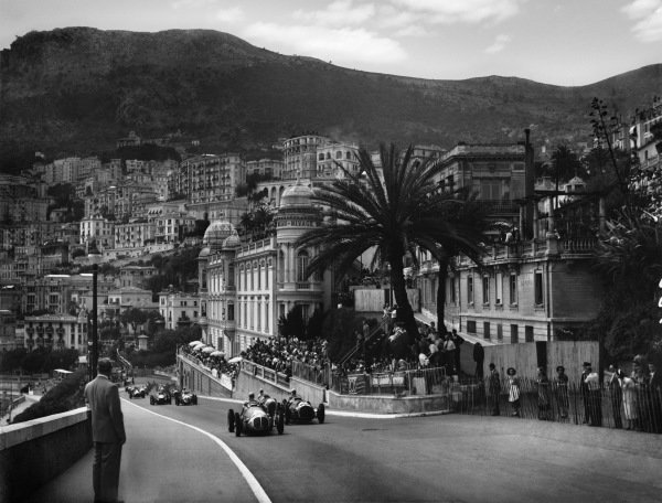 1950 Monaco Grand Prix. Monte Carlo, Monaco. 18th - 21st May 1950.  Jose Froilan Gonzalez (Maserati 4CLT/48) and Luigi Villoresi (Ferrari 125) head a group of cars at the start.  World Copyright: LAT Photographic Ref: Autocar Glass Plate C26733.