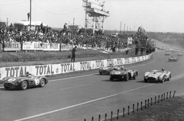 Le Mans, France. 21-22 June 1958.Tony Brooks/Maurice Trintignant, Aston Martin DBR1/30, retired, leads the field at the start of the race, action.World Copyright: LAT Photographicref: B/W Print