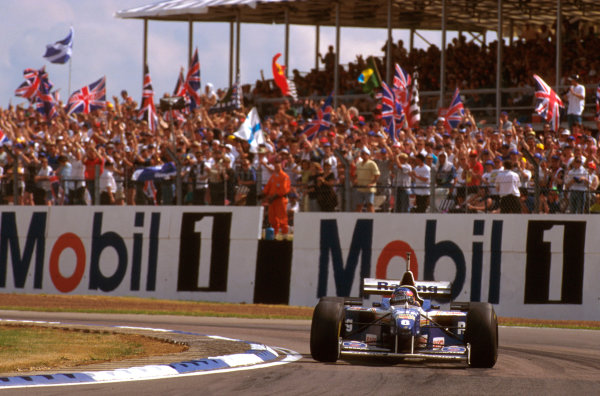 Silverstone, England.12-14 July 1996.Jacques Villeneuve (Williams FW18 Renault) 1st position at Luffield 2.Ref-96 GB 16.World Copyright - LAT Photographic