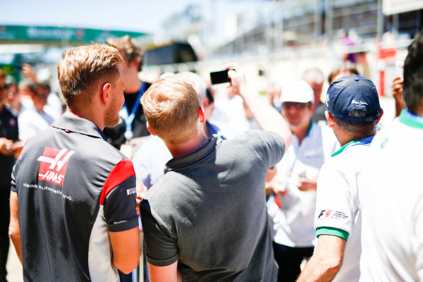 Interlagos, Sao Paulo, Brazil. Sunday 12 November 2017. Kevin Magnussen, Haas F1, has his photo taken with a fan. World Copyright: Andy Hone/LAT Images  ref: Digital Image _ONZ5545