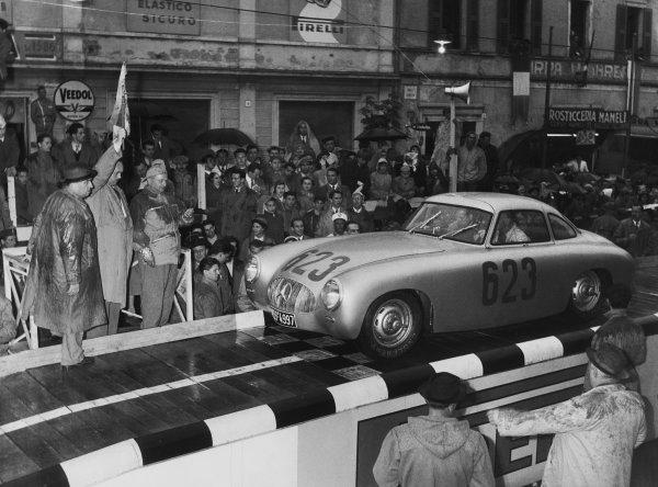 Brescia-Roma-Brescia, Italy. 4th May 1952 Karl Kling/Hans Klenk (Mercedes-Benz 300 SL), 2nd position, action. World Copyright: LAT Photographic Ref:  B/W Print.