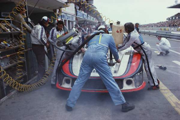 Mechanics refuel the Manfred Schurti / Rolf Stommelen, Martini Racing Porsche System, Porsche 935/78.