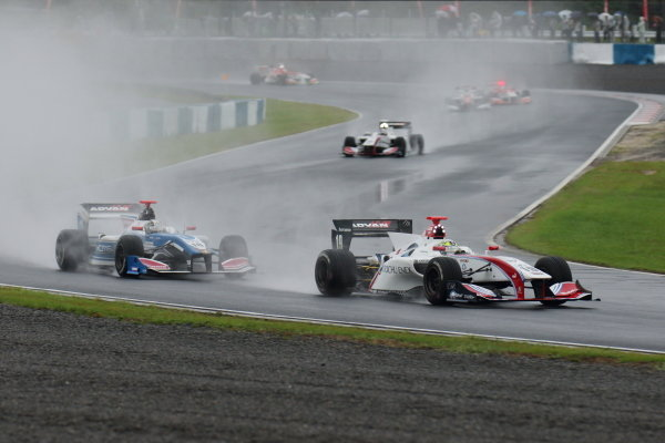 Winner Yuhi Sekiguchi, Itochu Enex Team Impul SF14 Toyota, leads Kamui Kobayashi, carrozzeria Team KCMG SF14 Toyota.
