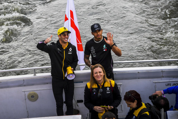Daniel Ricciardo, Renault and Lewis Hamilton, Mercedes AMG F1 wave to fans from the boat on the way to the Federation Square event.