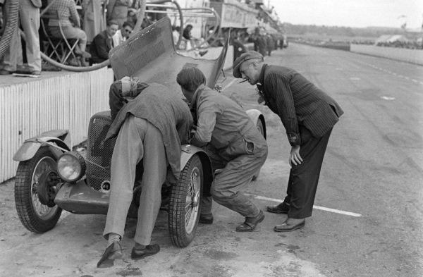 Archie Scott-Brown / Tommy Wisdom, Singer Le Mans Replica, in the pits with engine trouble.