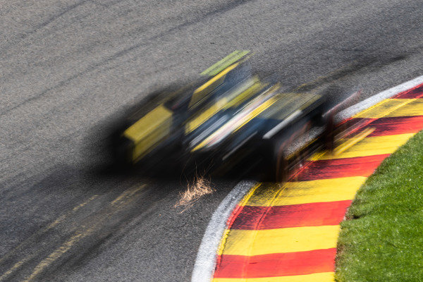 Nico Hulkenberg, Renault R.S. 19, kicks up sparks