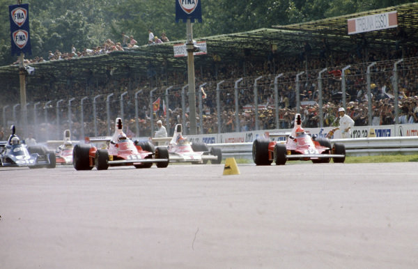 The two Ferrari 312Ts of Niki Lauda and Clay Regazzoni lead the field at the start.