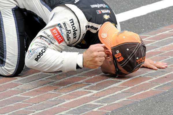 """26 May, 2013, Indianapolis, Indiana, USA Winner Tony Kanaan (#11) kisses """"The Yard of Bricks"""". ©2013, F. Peirce Williams LAT Photo USA"""