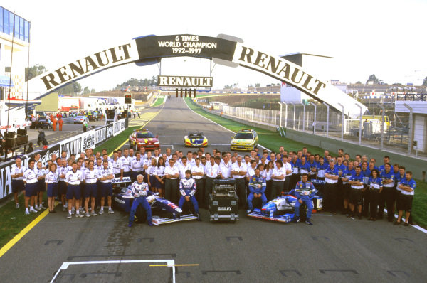 Jerez, Spain.24-26 October 1997.The works Renault engine teams Williams and Benetton pose for an end of an era shot. Renault leaves at the end of the season as a works supplier of engines, after taking 6 World Championship titles in a row.Ref-97 EUR 21.World Copyright - LAT Photographic
