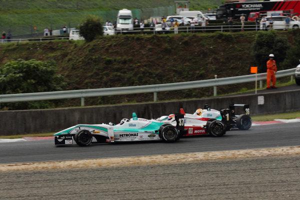 Round 9 & 10, Okayama, Japan. 25th August 2012.Rd 10 - Start of the race accident 1st corner Hideki Yamauchi ( #1 B-MAX ENGINEERING ) & Richard Bradley ( #37 PETRONAS TEAM TOM'S ).World Copyright: Yasushi Ishihara/LAT Photographicref: Digital Image 2012JF3_Rd9&10_020