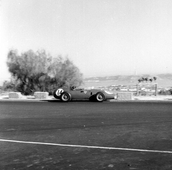 1959 Portuguese Grand Prix.Monsanto, Lisbon, Portugal.21-23 August 1959.Tony Brooks (Ferrari Dino 246) 9th position.Ref-4843.World Copyright - LAT Photographic