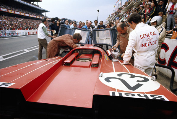 Richard Attwood / Hans Herrmann, Porsche Konstruktionen K.G., Porsche 917K, in the pits.