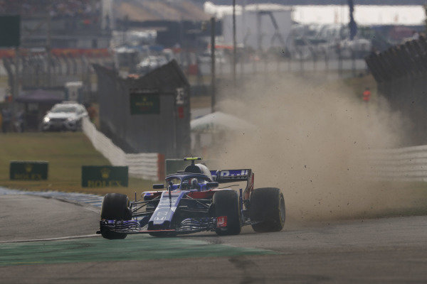 Pierre Gasly, Toro Rosso STR13 Honda, runs wide, throwing up dust and stones.