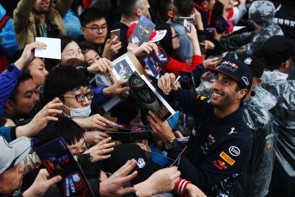 Shanghai International Circuit, Shanghai, China.  Thursday 06 April 2017. Daniel Ricciardo, Red Bull Racing, signs autographs for fans. World Copyright: LAT Images ref: Digital Image GJ9R7502