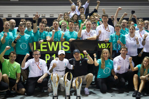Marina Bay Circuit, Marina Bay, Singapore. Sunday 17 September 2017. Lewis Hamilton, Mercedes AMG, 1st Position, Valtteri Bottas, Mercedes AMG, 3rd Position, and the Mercedes team celebrate victory. World Copyright: Steve Etherington/LAT Images  ref: Digital Image SNE19546