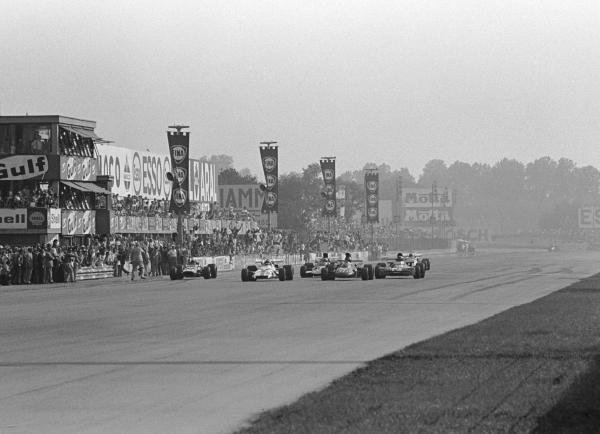 The Flag is down. Peter Gethin(GBR) BRM P160 is just ahead of Ronnie Peterson(SWE), Francois  Cevert(FRA) and Mike Hailwood(GBR). They were only 18/100ths sec apart Italian GP, Monza, 5 September 1971
