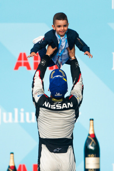 Sébastien Buemi (CHE), Nissan e.Dams, lifts his son on the podium
