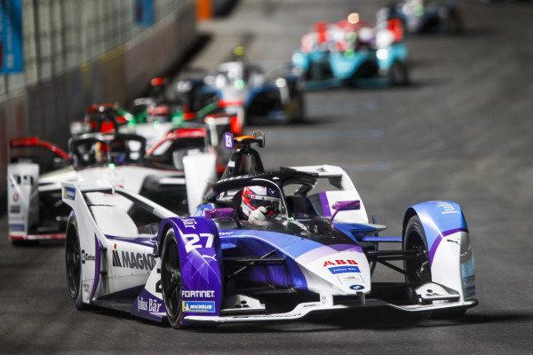 Jake Dennis (GBR) BMW I Andretti Motorsport, BMW iFE.21, leads Pascal Wehrlein (DEU) Tag Heuer Porsche, Porsche 99X Electric