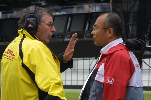 2002 European Grand Prix - Friday PracticeNurburgring, Germany. 21st June 2002.Gary Anderson talks with a Honda engineer.World Copyright: LAT Photographic.ref: Digital Image Only