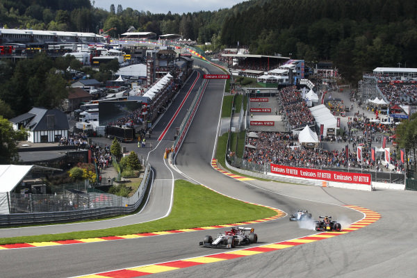 Kimi Raikkonen, Alfa Romeo Racing C38, leads a damaged Max Verstappen, Red Bull Racing RB15