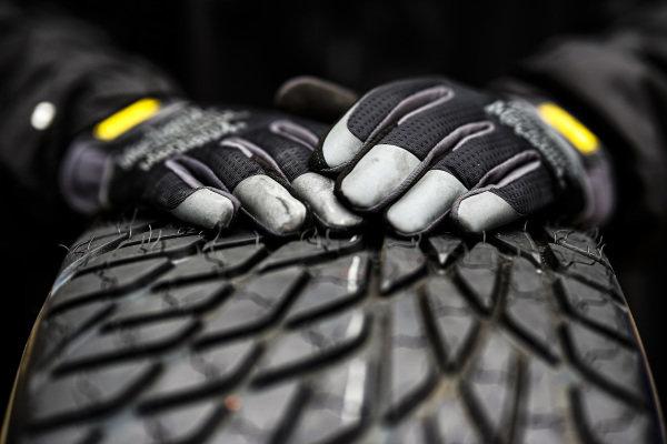 Charlie Kimball, A.J. Foyt Enterprises Chevrolet, crew member, Firestone tire