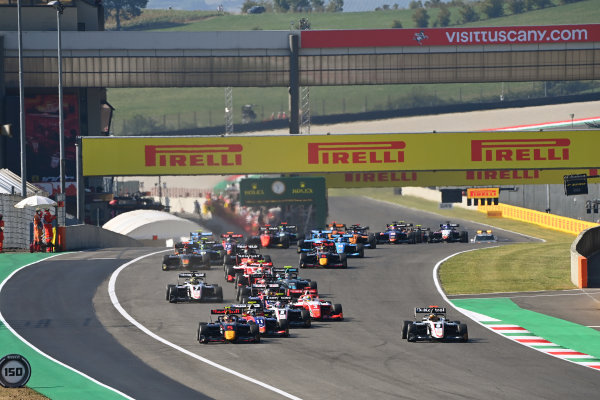 Liam Lawson (NZL, HITECH GRAND PRIX) and Sebastian Fernandez (ESP, ART GRAND PRIX) lead the field away at the start