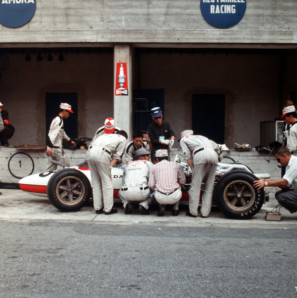 Monza, Italy. 2-4 September 1966.Mechanics work on the Honda RA273 of Richie Ginther in the pits.Ref-3/2341.World Copyright - LAT Photographic