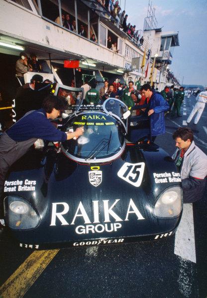 1989 Le Mans 24 Hours. Le Mans, France. 10th - 11th June 1989. Steven Andskar / David Hobbs / Damon Hill (Porsche 962C), retired, pit stop action.  World Copyright: LAT Photographic.