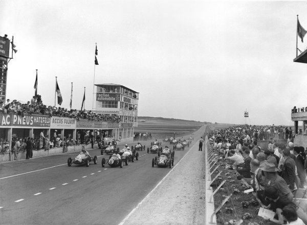 Reims-Gueux, France. 2nd July 1950. Stirling Moss (Cooper-JAP 500 MkIV), 6th position, start of the 13 lap race, action. World Copyright: LAT Photographic. Ref: Autocar Glass Plate C27317