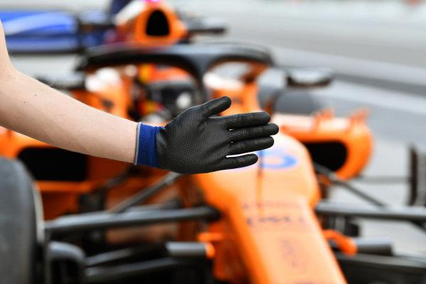 Carlos Sainz Jr, McLaren MCL33 and mechancis glove