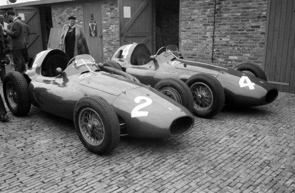 Mike Hawthorn's (#2) and Maurice Trintignant's (#4) Ferrari 555s.