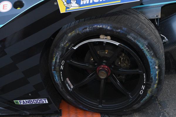 Punctured rear wheel of Gary Paffett (GBR), HWA Racelab, VFE-05
