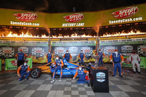Race Winner Scott Dixon, Chip Ganassi Racing Honda with team members Copyright: Chris Owens - IMS Photo