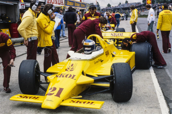 Keke Rosberg, Fittipaldi F7 Ford, sits in the pits as mechanics work on his car. Emerson Fittipaldi, Fittipaldi F8 Ford, is behind.
