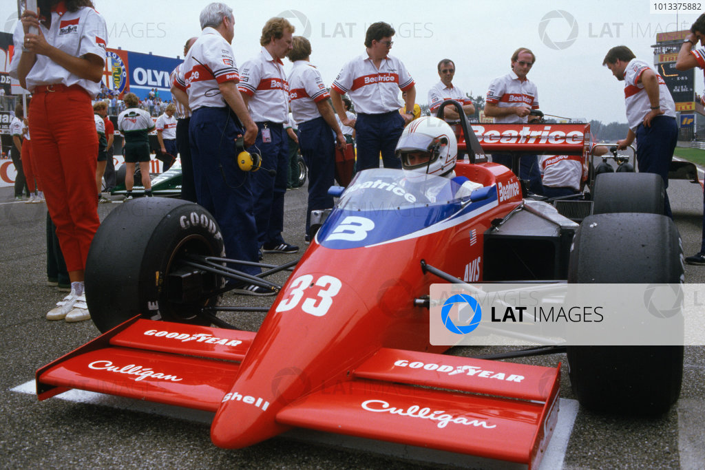 Monza, Italy. 6-8 September 1985. Rd 12.Alan Jones (Lola THL1-Hart), retired, on the grid with Ross Brawn, Chief Aerodynamicist, overseeing the preperations before the start, portrait.World Copyright: LAT PhotographicRef: 35mm Colour Transparency.