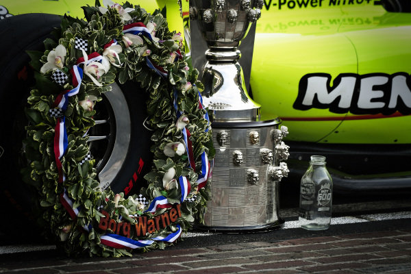 Borg-Warner wreath, Borg-Warner Trophy, and milk bottle on the yard of bricks. Simon Pagenaud, Team Penske Chevrolet