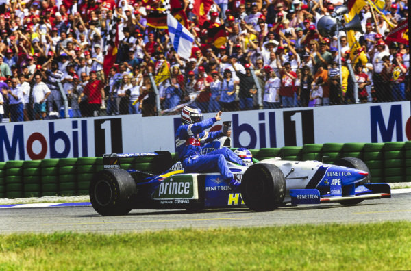 Jean Alesi, Benetton B196 Renault, gives a lift to teammate Gerhard Berger.