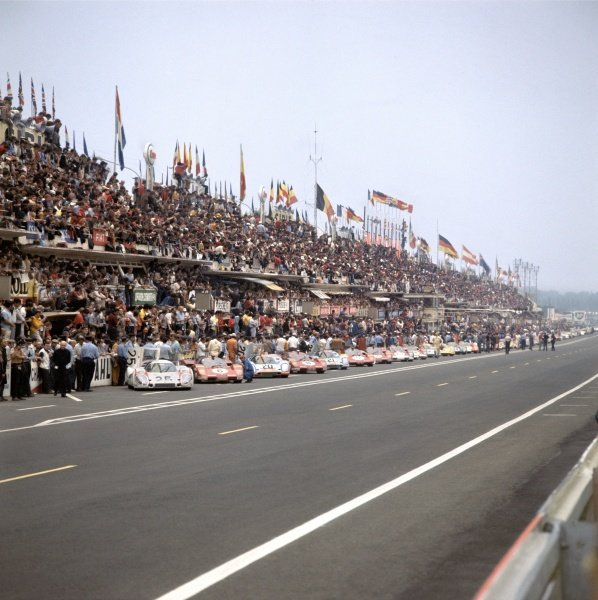 1970 Le Mans 24 hours. Le Mans, France. 13th - 14th June 1970. Cars line up for the start of the race, action. World Copyright: LAT Photographic Ref: 70MFLM