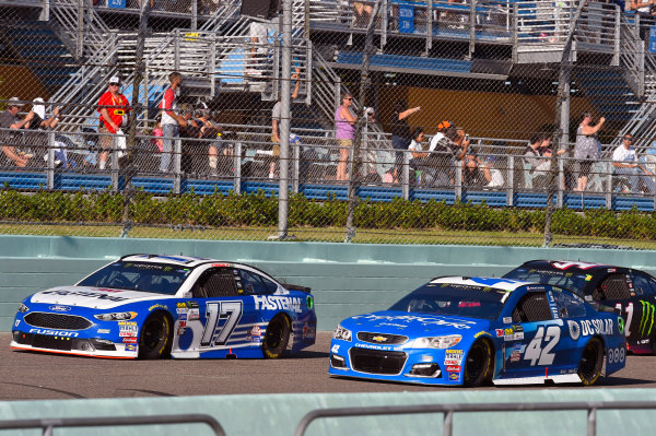 Monster Energy NASCAR Cup Series Ford EcoBoost 400 Homestead-Miami Speedway, Homestead, FL USA Sunday 19 November 2017 Ricky Stenhouse Jr, Roush Fenway Racing, Fastenal Ford Fusion and Kyle Larson, Chip Ganassi Racing, Credit One / DC Solar Chevrolet SS World Copyright: Nigel Kinrade LAT Images