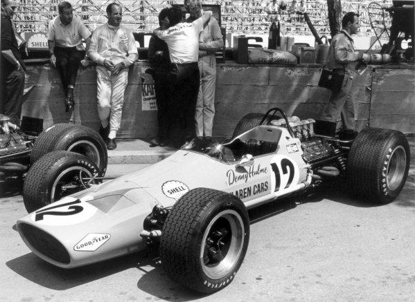 1968 Monaco Grand Prix.Monte Carlo, Monaco. 26 May 1968.Denny Hulme, McLaren M7A-Ford, 5th position, in the pitlane with Teddy Mayer, portrait.World Copyright: LAT PhotographicRef: 2004 #4