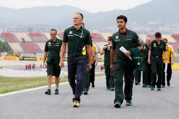Circuit de Catalunya, Barcelona, Spain 9th May 2013 Heikki Kovalainen, Reserve and Development Driver, Caterham F1, walks the track with team mates. World Copyright: Charles Coates/LAT Photographic ref: Digital Image _N7T7643