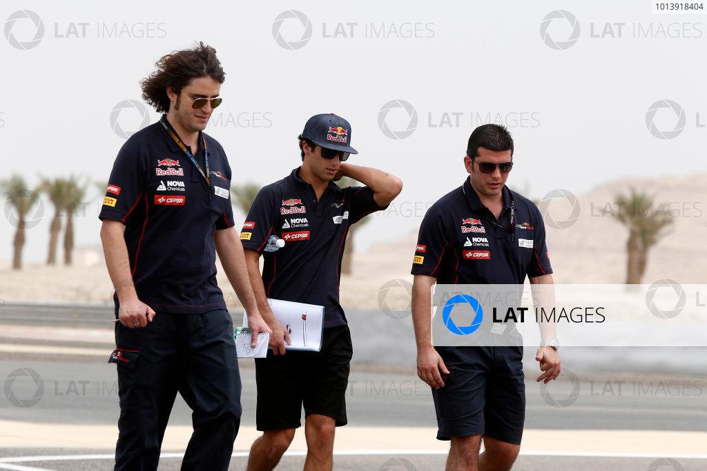 Bahrain International Circuit, Sakhir, Bahrain Thursday 18th April 2013 Daniel Ricciardo, Toro Rosso, walks the track with Toro Rosso team mates. World Copyright: Charles Coates/LAT Photographic ref: Digital Image _N7T7978