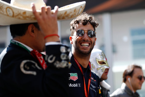Autodromo Hermanos Rodriguez, Mexico City, Mexico. Thursday 26 October 2017. Daniel Ricciardo, Red Bull Racing, with Mexicans in local costume. World Copyright: Zak Mauger/LAT Images  ref: Digital Image _31I5830
