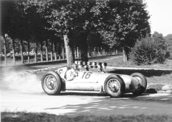 1938 Italian Grand Prix. Monza, Italy. 11 September 1938. Dick Seaman, Mercedes-Benz W154, retired, action. World Copyright: Robert Fellowes/LAT Photographic Ref: 38ITA08