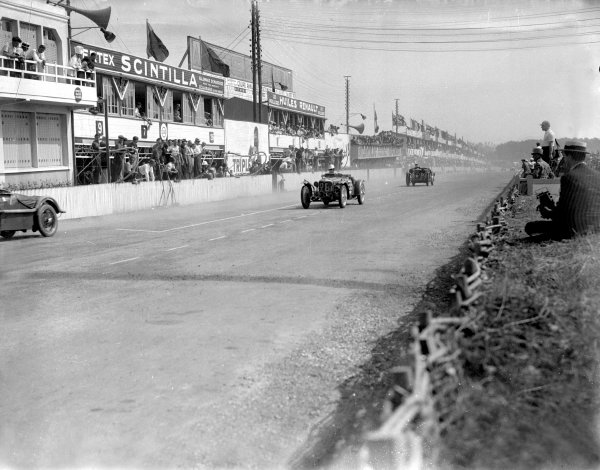 Le Mans, France. 16-17 June 1934.Freddie Dixon/Cyril Paul (Riley Nine MPH Racing, number 28) leads Donald Barnes/Archie Langley (Singer 1 5-lire) past the pits. They finished in 3rd and 8th positions respectively.Ref-Motor 800/78.World Copyright - LAT Photographic