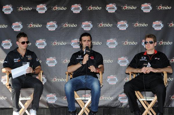 (L to R): Dan Wheldon (GBR) Sam Schmidt Motorsports, Dario Franchitti (GBR) Target Chip Ganassi Racing and Will Power (AUS) Team Penske. IndyCar Series, Rd17, Las Vegas Indy 300, Las Vegas Motor Speedway, Las Vegas, USA, 15-16 October 2011.