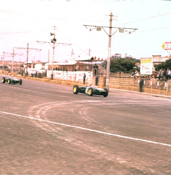 1960 Portuguese Grand Prix.Porto, Portugal.12-14 August 1960.Innes Ireland (Lotus 18 Climax) 6th position.Ref-3/0204.World Copyright - LAT Photographic